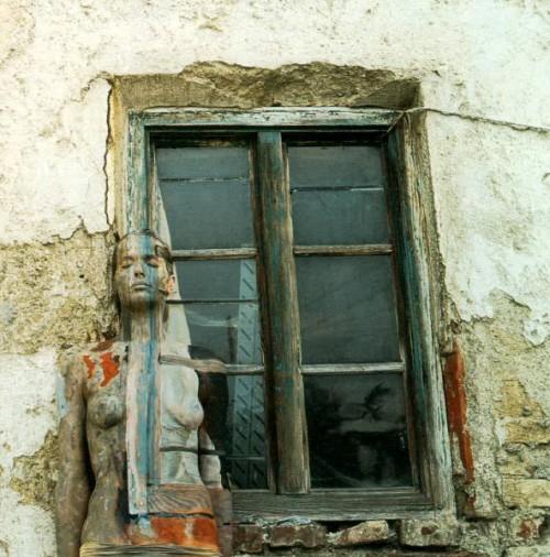 veruschka-windowframe